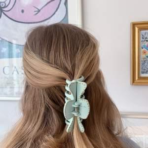 En turkos hårklämma med guldiga prickar! 💖 tillverkas endast en gång! Kostar 70 kr med FRI FRAKT 💛