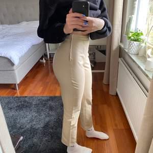Säljer dessa byxor som tyvärr inte kommer till användning längre, perfekt beige färg och fina nu till våren!