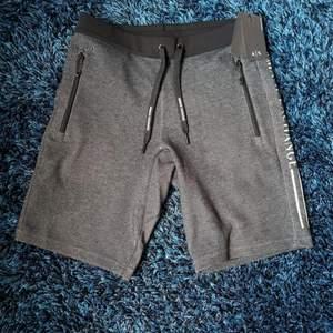 Säljer min oanvända Armani shorts som jag köpte ett tag sen. Tappade bort kvittot så jag kunde inte lämna tillbaka den. Den är helt ny, jättebra kondition och passar storlek S