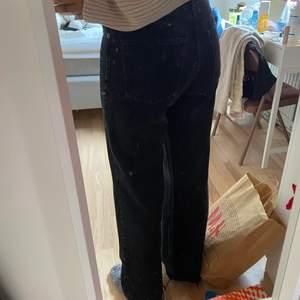 Ett par wide leg jeans från zara i färgen svart men byxorna har fått en mer tvättad färg. Hi rise, wide leg, Full length. JAg är 170 cm💓KÖPAREN STÄR FÖR FRAKT💓