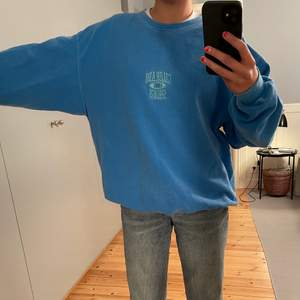 Säljer denna blåa collegetröja från urbanoutfitters pga att den är för stor. Använt ett antal gånger men är i fint skick! Nypris ca 550kr 💙😊