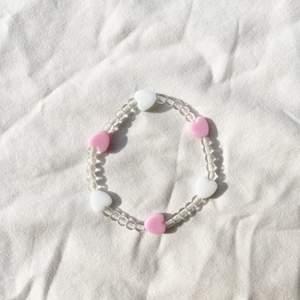 Handgjort armband med små gulliga hjärtan💗 Checka in min webbshop https://www.beadedful.com/ för fler söta handgjorda smycken!