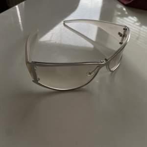 Genomskinliga vintage glasögon. As coola och passar till allt! Kan skicka flera bilder.