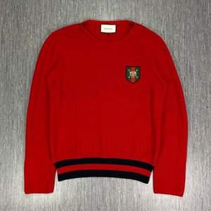 Säljer min Gucci sweater då jag aldrig använder den, storlek L men passar mig som brukar ha M (är 177cm, 80kg). Köpte den förra året nångång i Juli, användes dagen efter och en gång i julas. Nypris: 890€, säljer för 5,500:-, pris kan diskuteras :)