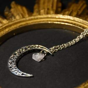 Halsband med en måne och en rosenkvarts sten.