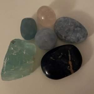 """Jättefina kristaller jag har dessa kristaller                             Rå Grön fluorit: 70kr.                                                              """"Såld Tumlad rosenkvarts: 20kr"""".           Blå kalcit: 50kr/st.            Aqua kalcit: 65kr.              Sodalit: 60kr.          Om ni är intresserade av en kristall Så får ni med ett kort när ni köper om kristallens """"uppgifter""""     Frakten beror på."""
