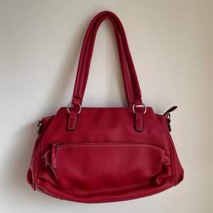Sjuukt snygg röd väska! Endast använt ett fåtal gånger och därmed i väldigt god skick! Det är bara att skriva till mig om ni undrar något!                                                                          (Köpare står för frakt och den skickas efter att köparen betalat)