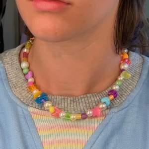 Halsband med olika färgglada pärlor och vita skimriga pärlor🌟🌈