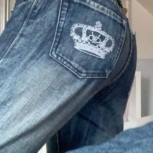 Säljer mina skit snygga Victoria Beckham jeans nu! Bootcut!! Innerbenslängd: 81 midjemått: 78. Skriv om ni har några frågor, svarar på direkten💗💗 BUDET LIGGER PÅ 500