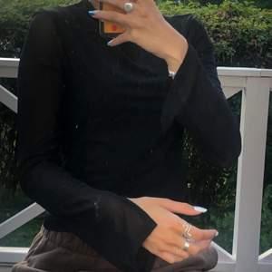 Supersnygg långärmad tröja i mesh med slitsar vid armarna. Från Hannalicious kollektion med nakd, finns inte längre att köpa. Genomskinlig i armarna, men inte resten.