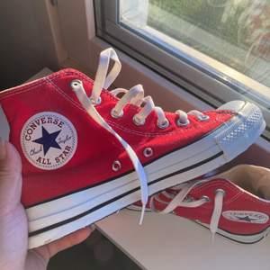 Röda Converse i nyskick😇 Är fler intresserade blir det budgivning❤️