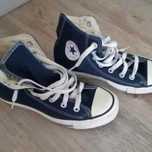 Gamla converse skor som använts en enstaka gång, glömde jag hade dom och den låga sulan duger nt för mig dessvärre , 36 men passar 37 perfekt !