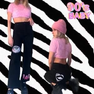 Ett par svarta jeans jag sytt om.💕 De är typ flare-ish vilket är suppertrendigt right now! Skitcoola och en riktig statement pice! Jag har målat de själv med textilfärg och sytt fast detaljerna på bakfickan från en zebra handduk🥰🥰🦓