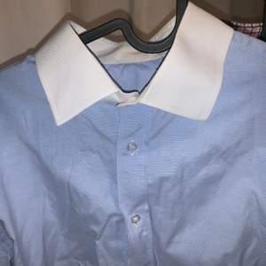 """Skräddarsydd blå skjorta med """"hård"""" krage, i bra skick. Sitter som en stl L slim fit (man men passar kvinnor med). Sitter som en oversized skjorta om du har typ stl S-M."""