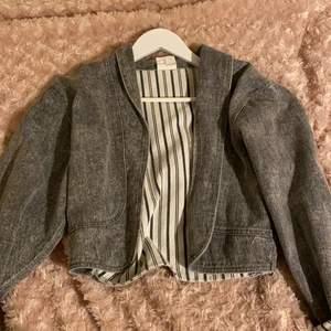 En grå jeans jacka som jag köpte second hand 💗 men har glömt att den fanns oops