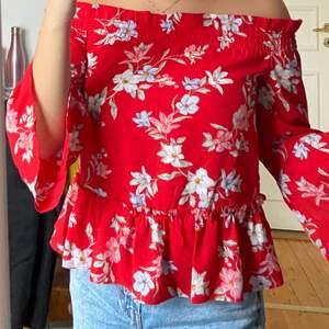 Fin blommig blus från H&M. Kan ha som off shoulder men även som en vanlig blus.