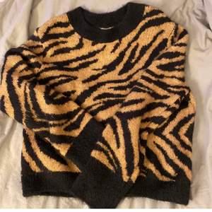 Em fick zebra tröja. Köpt från H&M 2020. Använd få gånger. Känns om helt ny. Köparen står för frakten💙