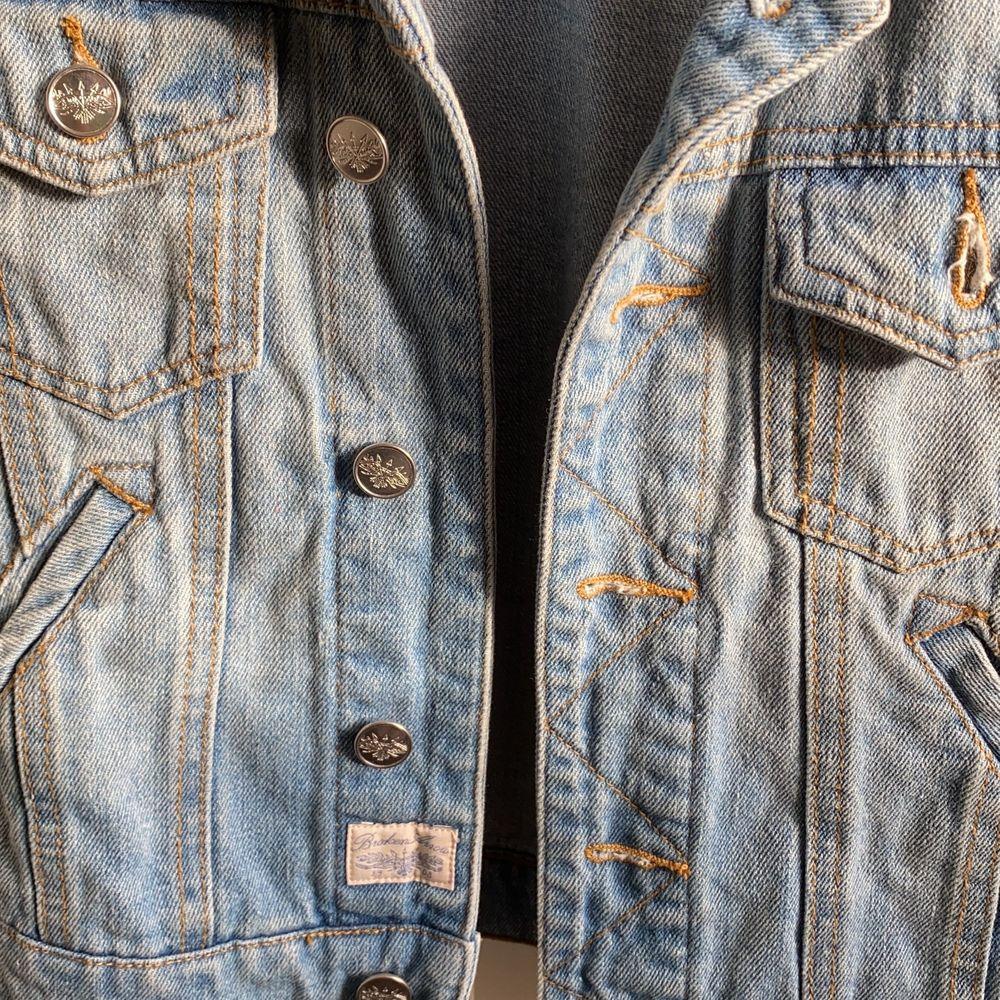 Ljusblå jeansväst i gott skick, bara använts en gång. Storlek XS. / köparen står för frakt . Jackor.