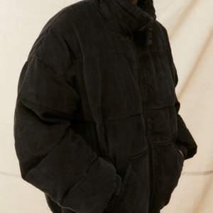 Snygg svarta nästintill oanvänd jacka från Urban outfitters. Nypris ligger på 1200. Vill ha 500 eller mer för den