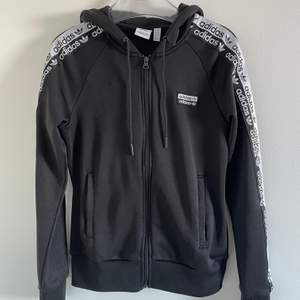 Svin snygg adidas hoodie! Köpt på JD sport förra året för ca 700, den är inte använd alls mycket är i topp skick! Säljer då den inte får någon användning! Köpare står för frakten.💕
