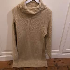 Oanvänd stickad klänning säljes pga inte min stil. Den är i en Beige färg och storleken S.