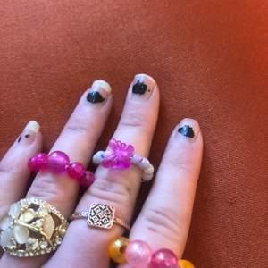 Det rosa med större pärlor på samt den med fjäril är hemmagjorda av ståltråd.