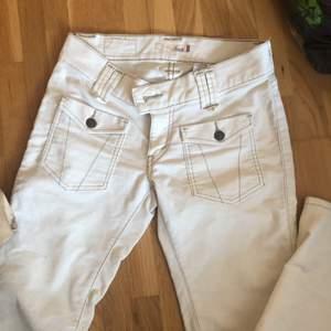 Återpublicerar pga oseriös köpare:( buda! Budgivning slutar 28/2       SÅÅÅ SNYGGA lågmidjade Levis jeans, bootcut... säljer för att de inte passar mig!! Pris kan diskuteras!!💜💜💜💜😍😍😍😍😍😍 frakt går på ca 65