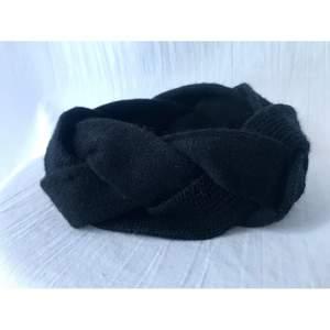 & OTHER STORIES svart stickad braided Hårband/ Earwarmer i ull blandning. Helt ny. One size, lite elastic.  * ROKFRI OCH DJURFRI HEM*