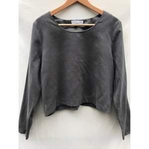 RODEBJER grå cropped tröja i storlek S. Fint skick och inget att anmärka på. Material ser ut jättefint, som tunn mocka imitation material (Ingen Material lapp)