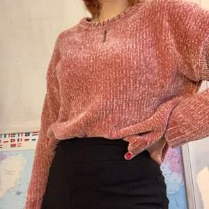 Rosa stickad tröja i glansigt material. Super skön och varm. Storlek S men passar lätt M❤️ Fin fint skick men säljer pga att jag inte passar så bra i rosa❤️