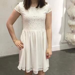 Så fin blommig klänning!!!🤍💕