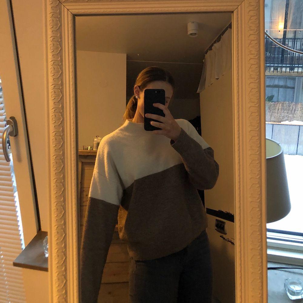 En stickad tröja som är jätte bekväm, sticks inte alls. Storlek M men passar nog både S och L beroende på hur man vill att den ska sitta. Säljer pga använder inte. Köparen står för frakten.. Stickat.