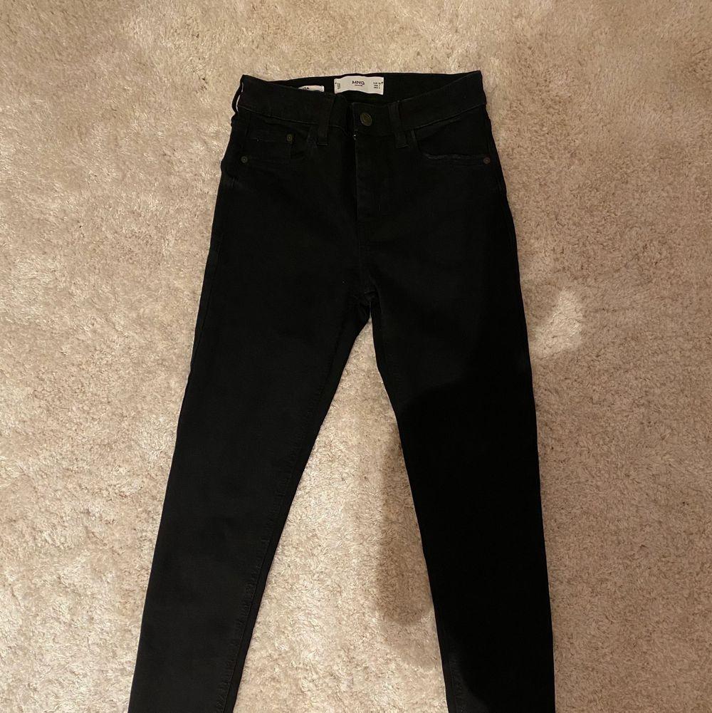 Säljer ett par jätte fina jeans ifrån mango! De är i nyskick då de är helt oanvända!💕Nypriset är 500kr.. Jeans & Byxor.