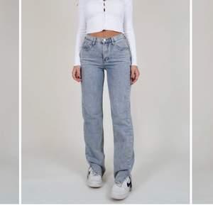 Säljer dessa skit snygga jeans från de danska märket venderbys! För frågor är de bara att skriva till mig❤️ Andra bilden är inte min🥰Köpta för- ca 620kr+ frakt till Sverige från Danmark 😍