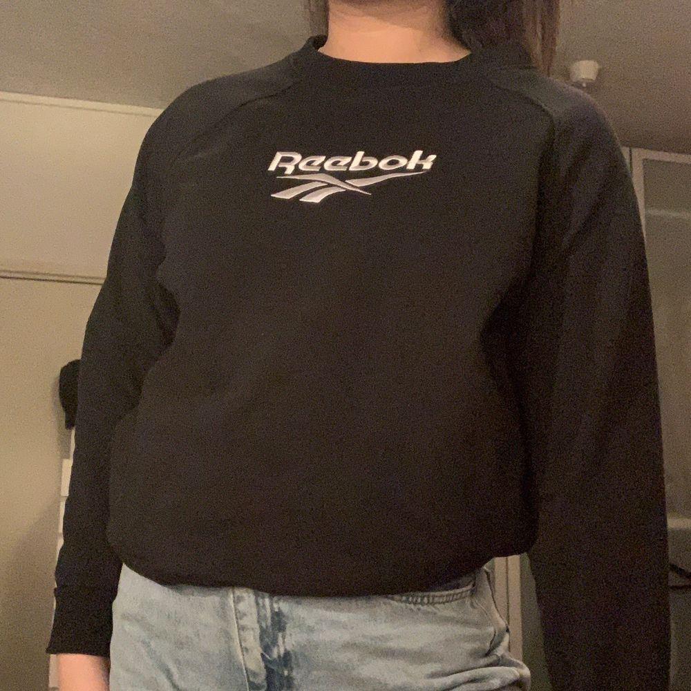 Svart sweatshirt från Reebok. Storlek S men lite oversized.. Huvtröjor & Träningströjor.