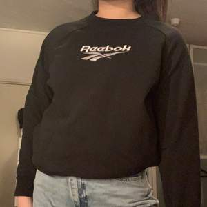 Svart sweatshirt från Reebok. Storlek S men lite oversized.