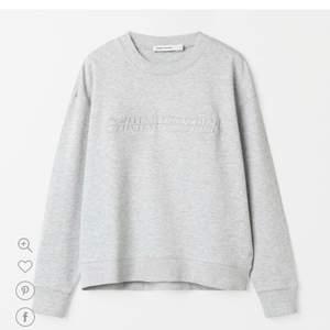 Säljer min fina ROSARÖDA Carin Wester sweatshirt då den inte kommer tillräckligt mycket till användning. Jättebra kvalite på den och färgen är superhärlig🤍det är samma modell som på första bilden men i den färgen som visas på andra bilden❤️skickar fler bilder privat om någon är intresserad, den är använd men i nyskick<3