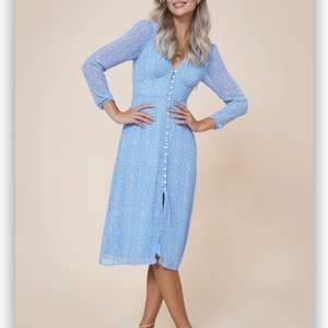 Säljer blå Paris klänning. Storlek S. Endast provat. Jag har intressekoll hur mycket ni vill betala? Jag har en bud på 1650. Jag kan absolut aktivera på safepay om ni skulle vilja.