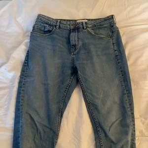 Säljer ett par blåa 90's style jeans. De är så mjuka och ser väldigt vintage och retro ut. De har lite vit tråd på baksidan som passar totalt in i hela vintage looken!!