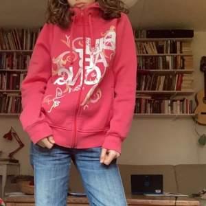 Rosa ziphoodie från märket Billabong. Köptes från Emmaus för ca ett år sedan. Koftan är i toppskick och är fodrad så den funkar lite som en jacka! Färgen är som på de två första bilderna❤️ frakt: 66kr