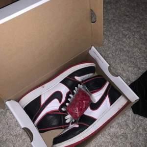Säljer ett par ÄKTA Jordan 1 Bloodline i storlek 40, men passar även 39 och 41. Skriv hur mycket ni kan tänka er att köpa dem för i privat meddelande!  DEM KOSTAR INTE 500kr