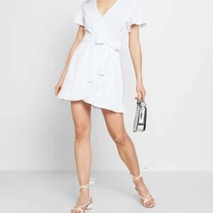 Vit wrap klänning från Nelly. Använd en gång på en skolavslutning. Köpt för ca 400kr säljer för 150kr+frakt. Hör av er vid intresse/ fler bilder💗 första bilderna är tagna från hemsidan men den är identisk!