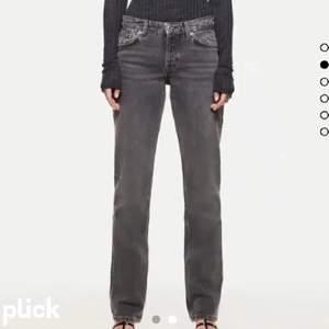 Jag säljer mina gråa lågmidjade jeans från zara!! Det är dom jättepopulära jeansen som är slutsålda på deras hemsida. Dom är jättejättensygga och har inga defekter, har endast använt två gånger och säljer för att jag råkat köpa dubbla par❤️❤️ BUD: 560kr