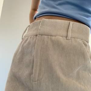 Lite Baggy men skitsnygga beiga manchesterbyxor(!!!) aldrig använda pga inte min stil. Passar mig som är XS och 167!🥰🥰🥰 Priset är exklusive frakt!!