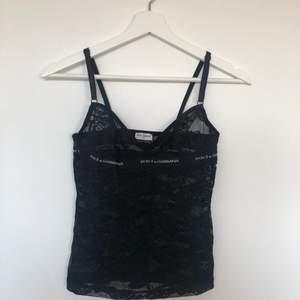 stretchig Dolce & Gabbana linne med justerbara axelband i svart spets, fynd!! 🖤