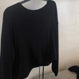 Superfin ribbad tröja med snörning i slutet av tröjan som gör att den går inåt🤍 Den är stor i storleken. Knappt använd, i bra skick! Köparen står för frakten.