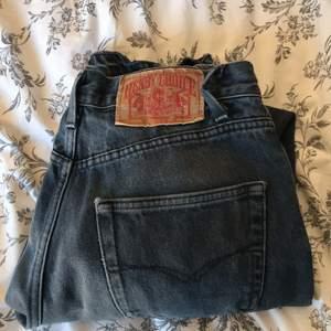 Raka fina jeans med hål på knäna som är lågmidjade, skicka privat för fler bilder❤️ priset kan diskuteras