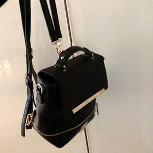 Mindre ryggsäck med gulddetaljer, använd sparsamt! Har små repor på en av detaljerna på framsidan (se bild 3) men inget som syns mycket alls
