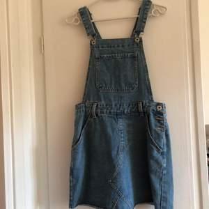Sååå vill hängselklänning i jeanstyg. Knappt använd, frakt tillkommer.💗