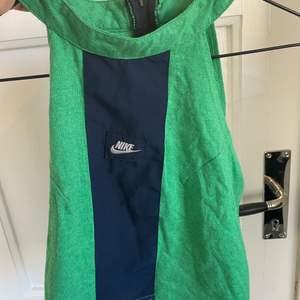 Vintage nike linne i grönt och svart. Crop top med tajt passform. Jättefint och vintage!
